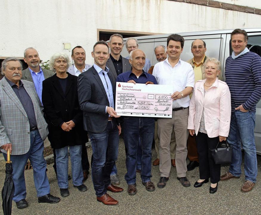 Lions und Rotarier spenden stolze Summ... wurden von Clubmitgliedern begleitet.  | Foto: akh