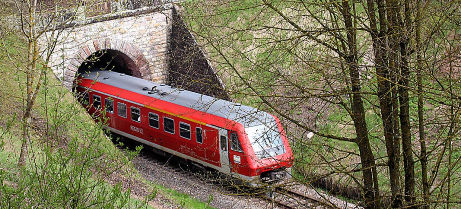 Noch fahren Dieselloks auf der Strecke...ll sich mit dem Ausbaukonzept ändern.   | Foto: Maier