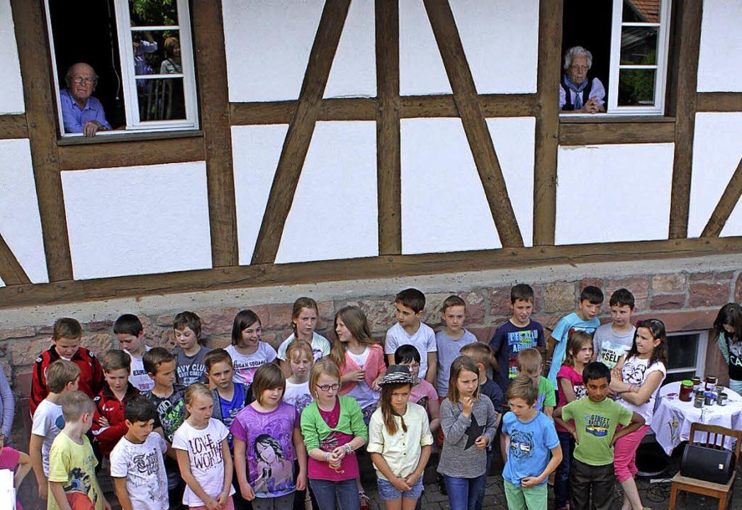 Landrat Hanno Hurth und der Chor der Grundschule  | Foto: Landratsamt