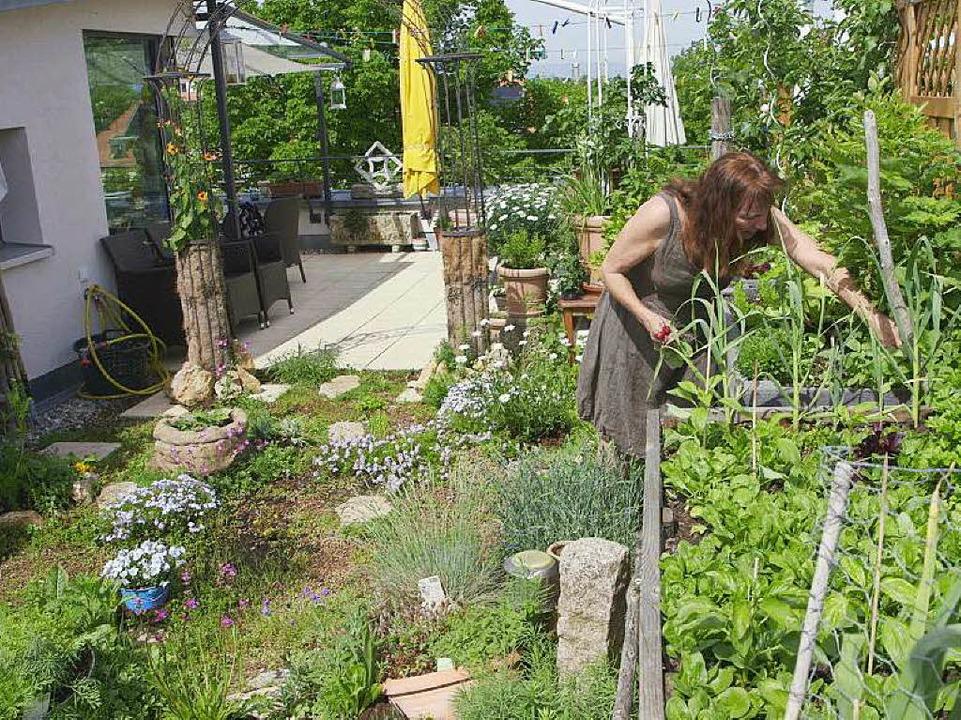 Christina Franz erntet in ihrem Dachgarten.  | Foto: Falko Wehr