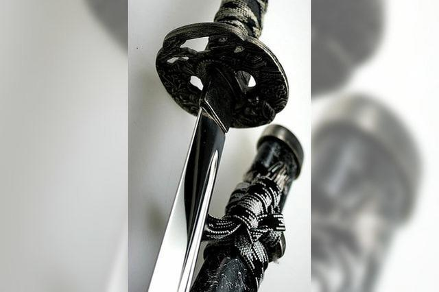Schwert-Attacke auf Mutter