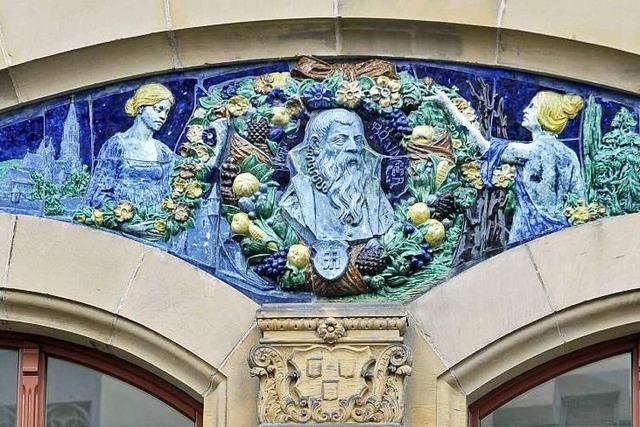 Majolika-Relief: Das Münster, der Meister und die Musen