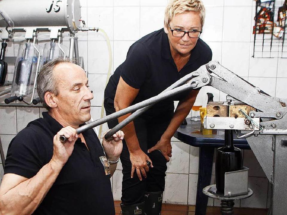 Veronique Reynaert verfolgt mit prüfen...nn Uwe Fossler die Flaschen verkorkt.   | Foto:  heidi fössel