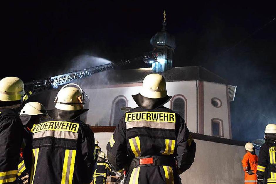 Wohl durch Blitzschlag brannte es im Glockenturm der Kirche in Münchingen. (Foto:  Kamera24tv)