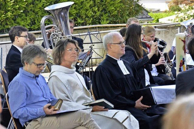 Pfarrer spannen zusammen