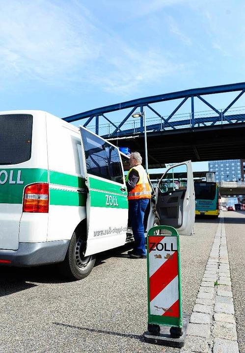 Sie wurden am  Mittwoch von Zöllnern am Freiburger Hauptbahnhof überprüft.  | Foto: Ingo Schneider