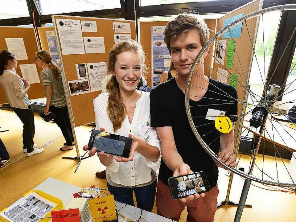 Johanna Kroll und David Heger vom Frie...llung in der PH gezeigt, wie das geht.  | Foto: Ingo Schneider