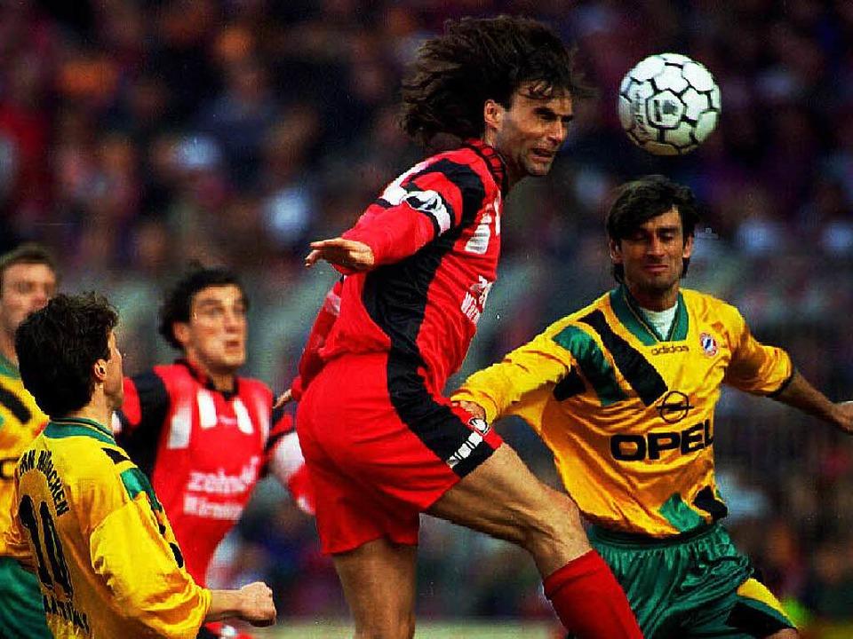 So siegt man gegen München: Harry Decheiver im März 1996 ( rechts  Kreuzer).    Foto: Rolf_Haid