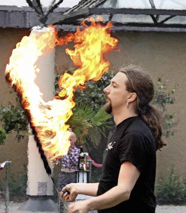 Feurig: Passend zum Anlass unterhält eine Feuershow  die illustre Gästeschar.  | Foto: Katja Mielcarek