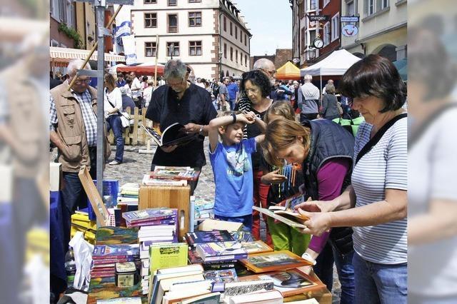 Besucherscharen beim Büchermarkt