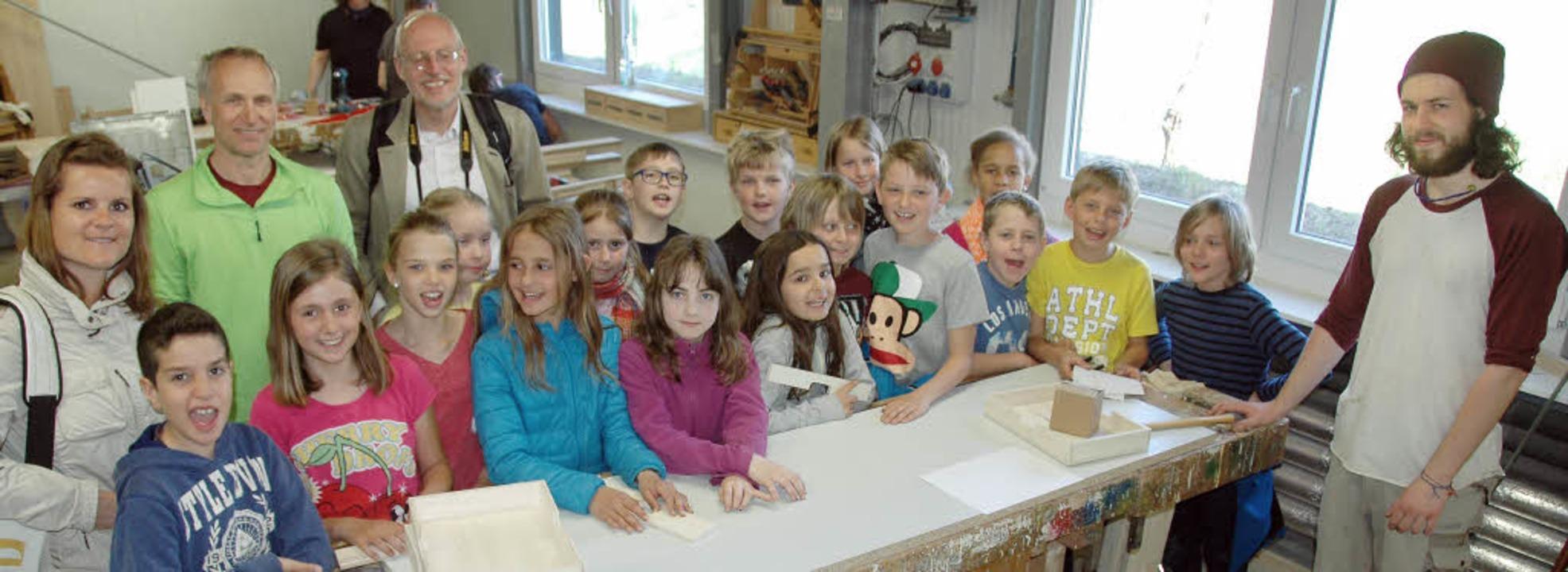 Die  Waldforscher erlebten mit Klassen...ie in der Schreinerei gearbeitet wird.  | Foto: Donner