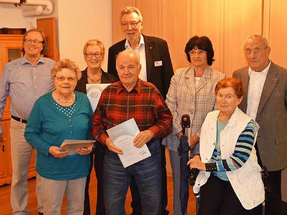 Kai Kricheldorff (l.) vom AWO-Kreisver...ander (4.v.r.) langjährige Mitglieder.  | Foto: Sylvia Timm