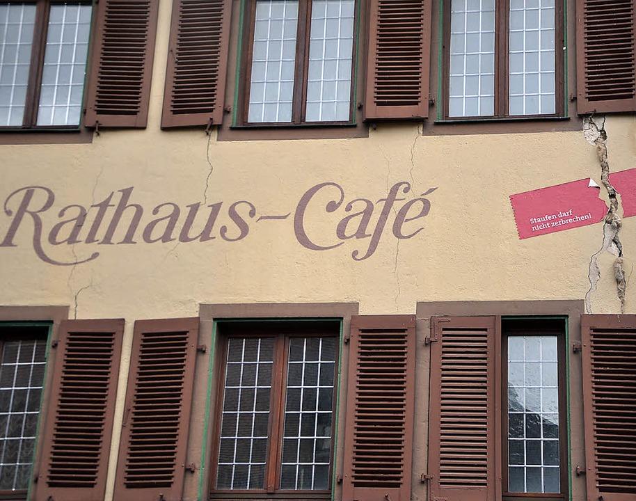 Das Rathaus-Café hat eine gemeinsame W...mpf gegen die Risse schwieriger macht.  | Foto: Archivfoto: Rainer Ruther
