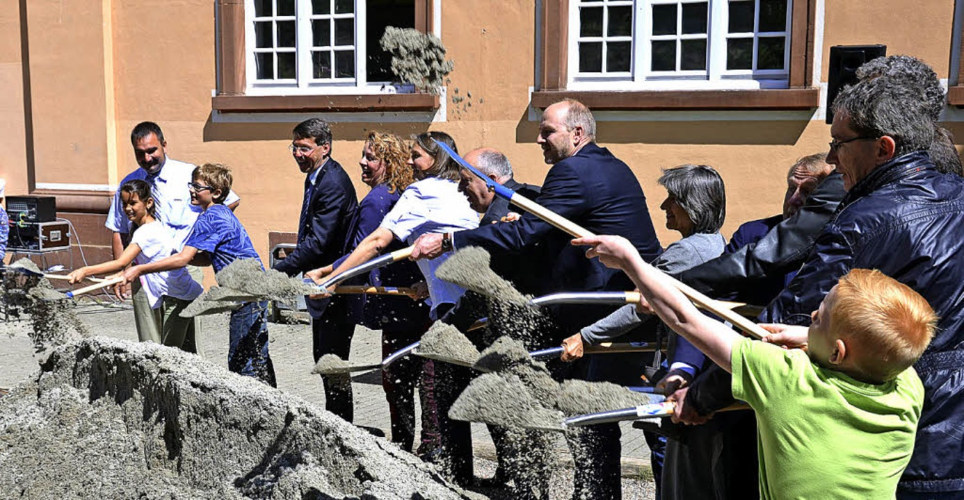 An die Schaufeln: Mit Unterstützung de...s Neubauprojekt Grundschule vollzogen.  | Foto: K. Fischer
