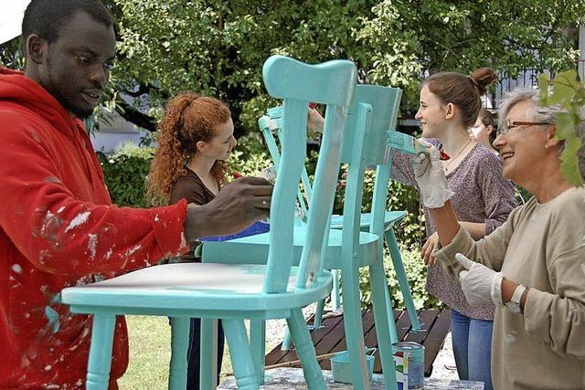 Eine bunte Stuhl-Aktion für das Willkommensfest