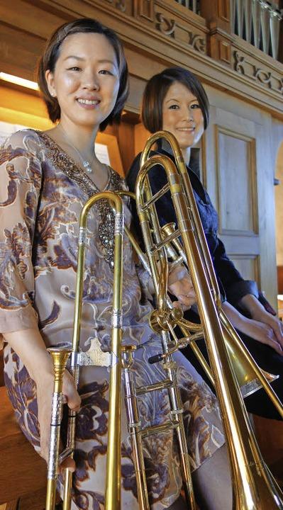 Mayumi Shimizu mit ihren drei Posaunen...te (links) und  Eiko Maria Yoshimura.     Foto: Andreas Mahler
