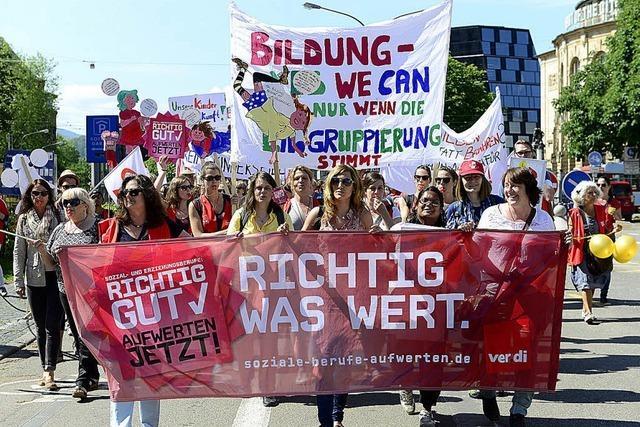 Kita-Streik: Eltern protestieren beim Rathaus