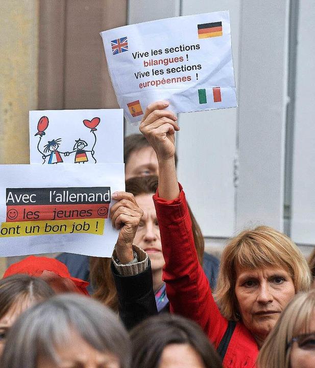 In Straßburg demonstrieren Lehrer gegen weniger Deutschunterricht.   | Foto: AFP