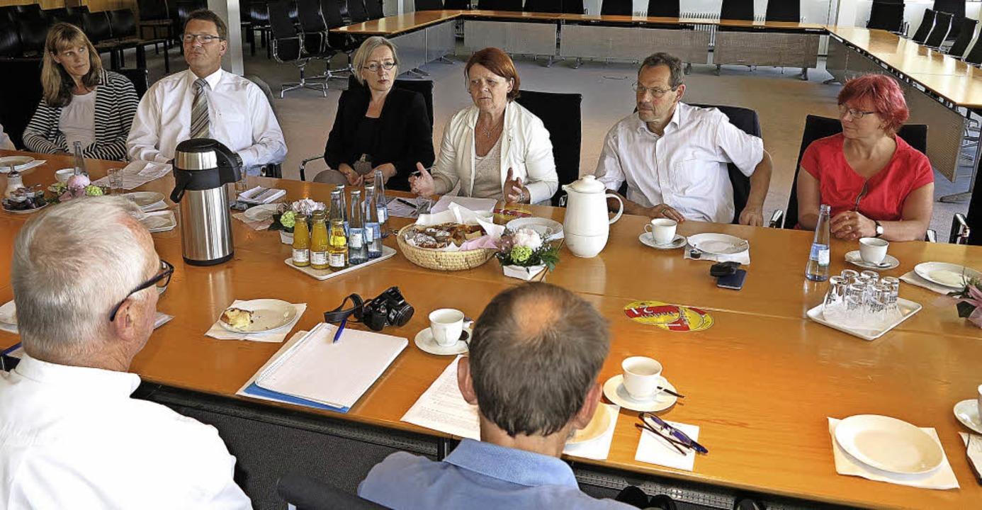 Angeregte Diskussion im Müllheimer Rat...toph Bayer und Gabi Rolland (von lins)  | Foto: Dorothee Philipp