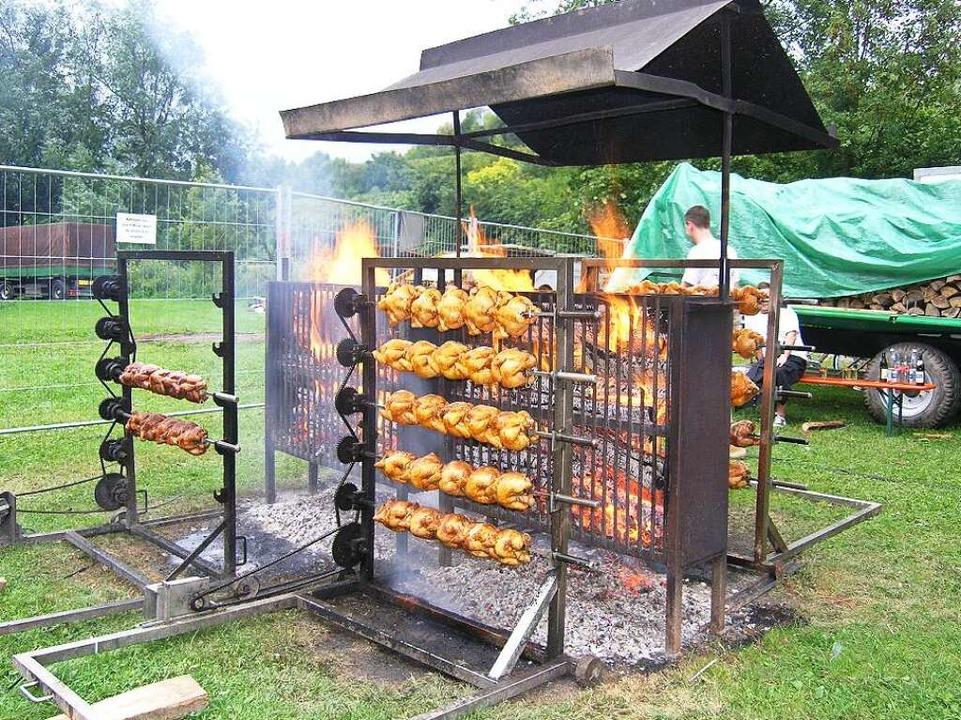 Beliebte Spezialität: Hähnchen vom Holzkohle-Grill.  | Foto: Ute Schöler