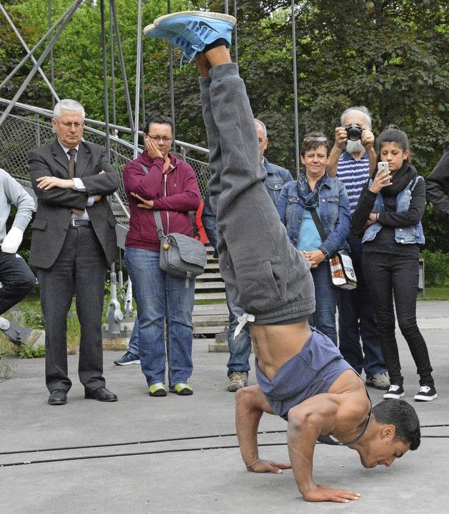 Da staunt der OB: Leon im Handstand mit angewinkelten Armen  | Foto: Hannes Lauber