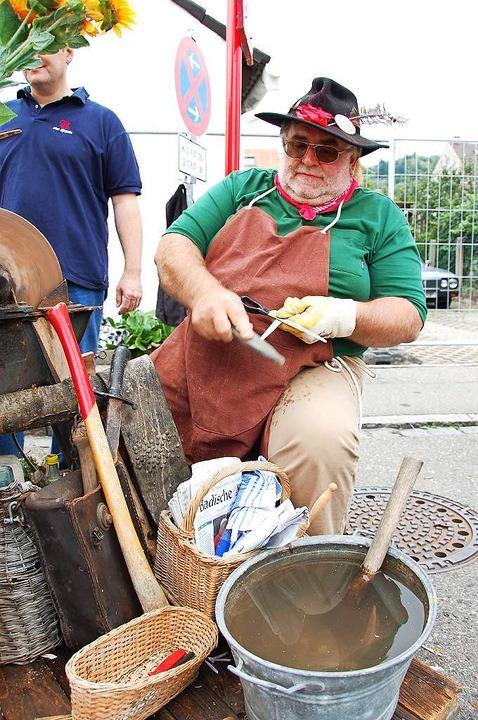 Altes Handwerk wie zum Beispiel ein Me...tiert sich beim Altweiler Straßenfest.  | Foto: Hannes Lauber