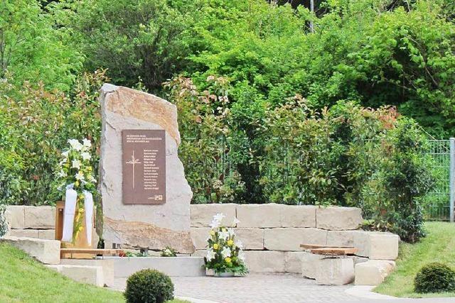 Gedenkstein für Brandopfer der Caritas-Werkstätte in Neustadt eingeweiht