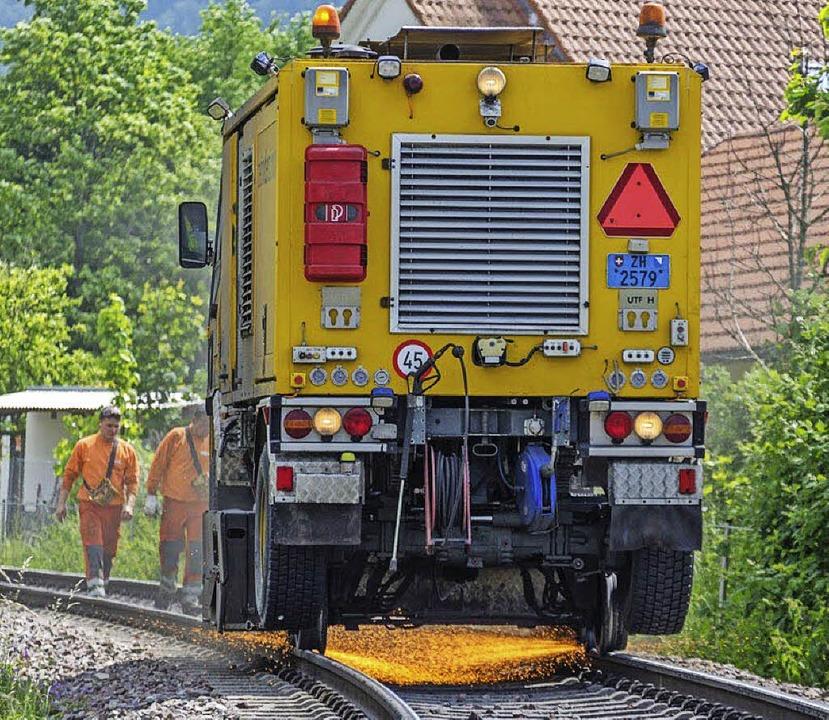 An den Schienen in Staufen wird  gearbeitet, dass die Funken fliegen.   | Foto:  Ernst Schindl