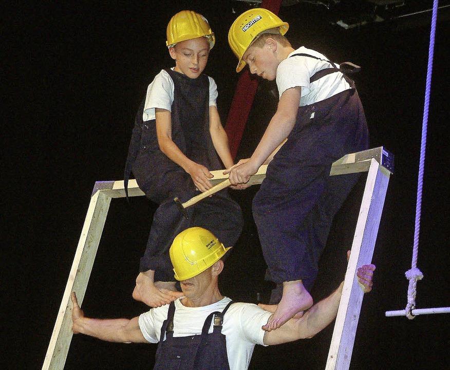 Als akrobatische Handwerker begeisterten die jugendlichen Zirkusschüler.  | Foto: Roswitha Frey