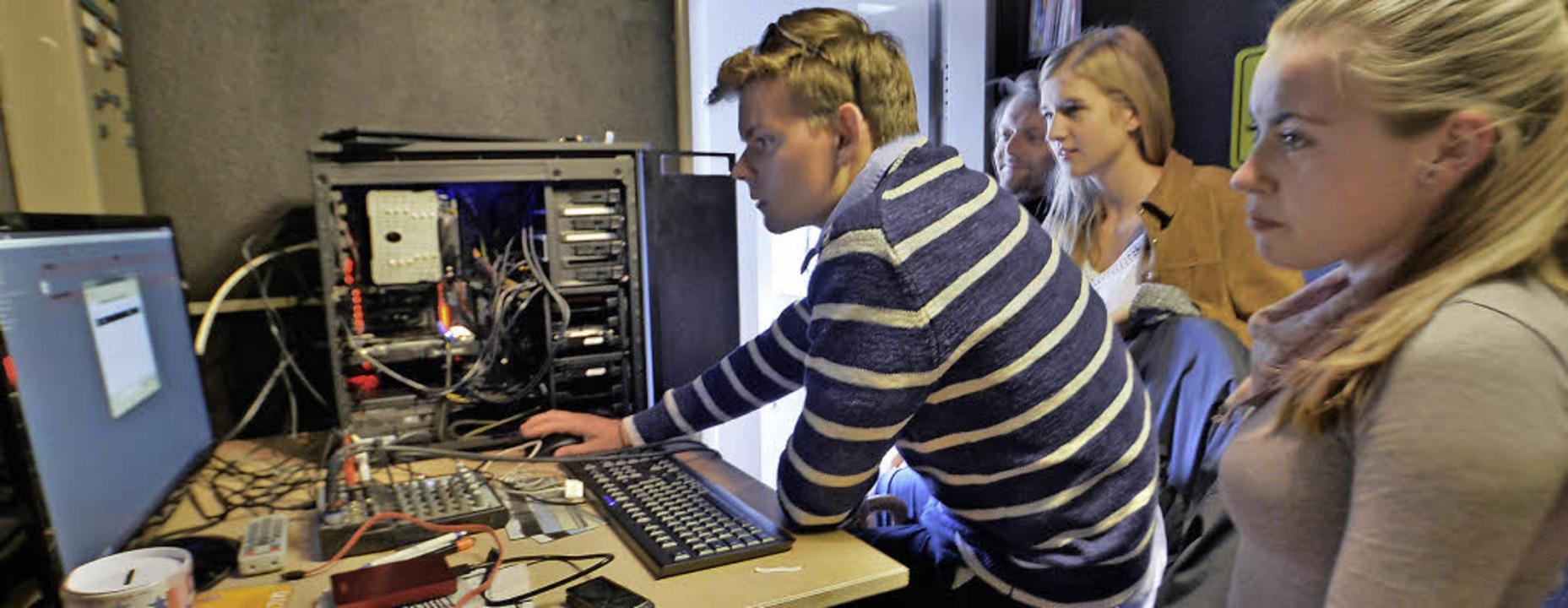 Unter Anleitung von Tobias Gubsch wird...neuen Rechner eine Playlist erstellt.   | Foto: Barbara Ruda