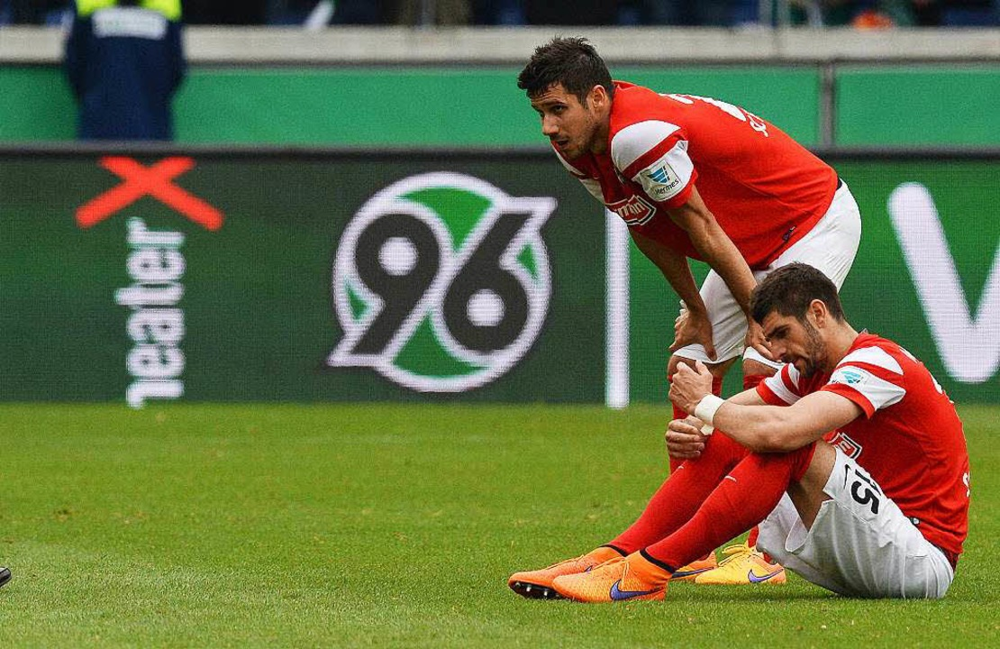 Nicht nur Stefan Mitrovic und Mensur s... dem Abstieg weitergeht, ist ungewiss.  | Foto: dpa