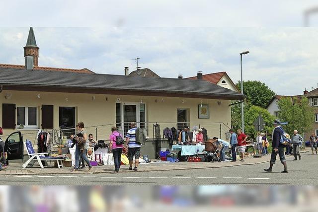 Erfolgreiche Entrümpelung - Dorfflohmarkt verwandelt Ort in ein Warenhaus