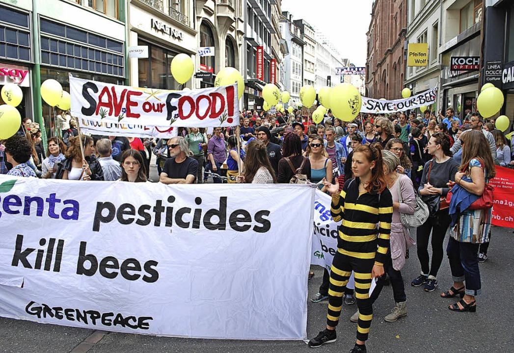 Eine bunte Schar von mehr als 1000 Men...onstrierte  gegen  Agrochemie-Firmen.   | Foto: Thomas Loisl Mink