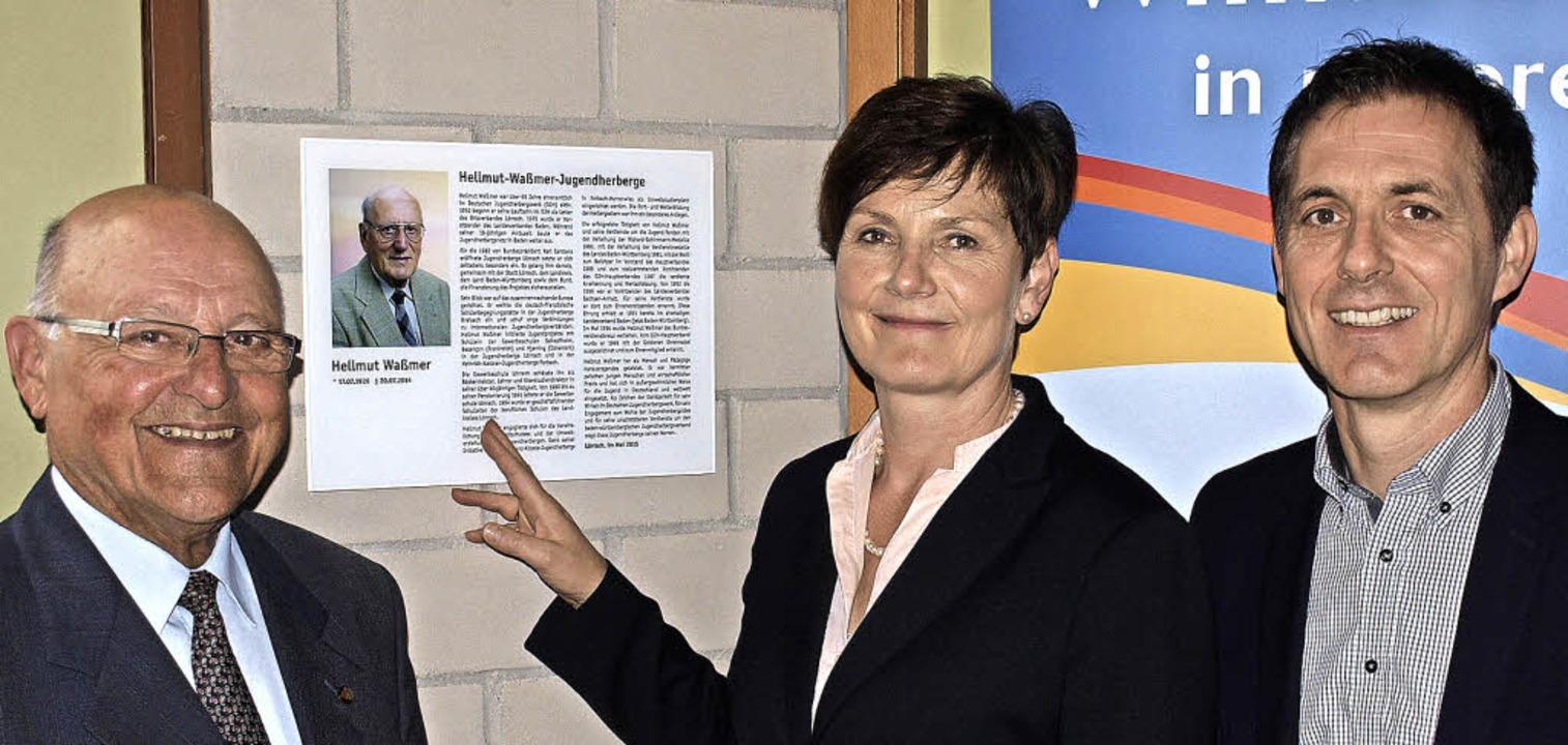 Enthüllung der Gedenktafel für Helmut ...erg) und Oberbürgermeister Jörg Lutz.     Foto: Paul Schleer