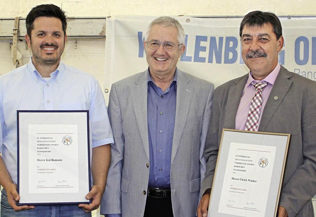 Ulrich Wieber (rechts) und Kai Bumann ...r Verdienstnadel des Verbands geehrt.   | Foto: adelbert mutz