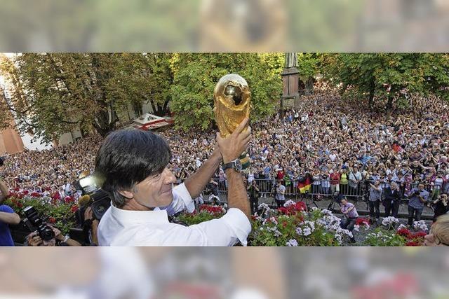 Ehrenrunde für den WM-Pokal