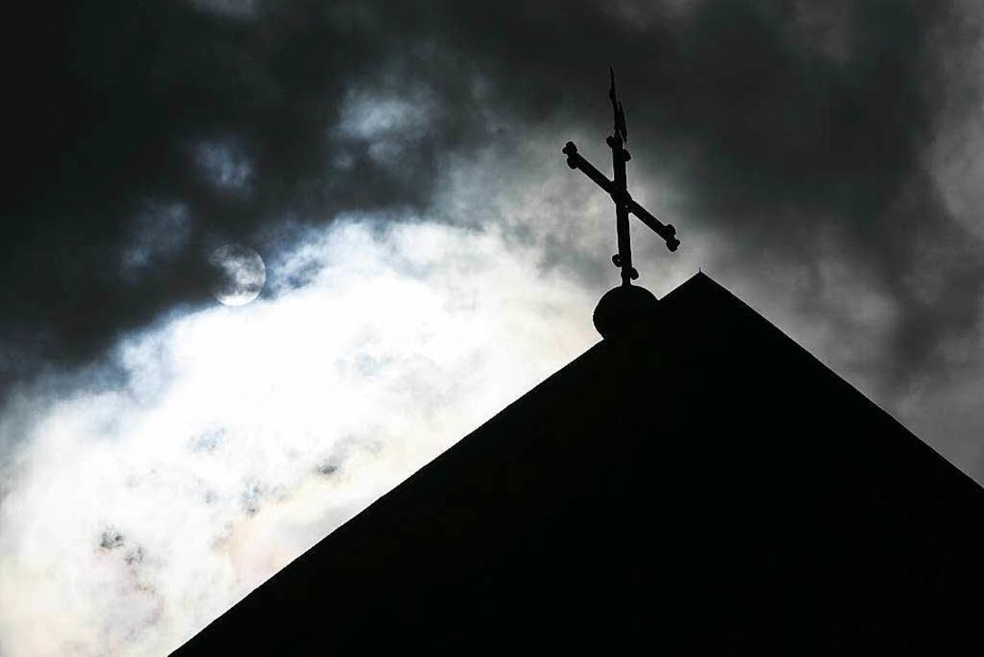 Die katholische Kirche tut sich oft schwer, Missbrauchsfälle zu thematisieren.  | Foto: dpa