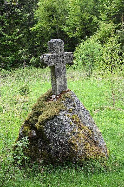 Die Leiche des KZ-Arztes August Hirt f...enbacher Kreuz unweit von Schönenbach.  | Foto: Friedbert Zapf
