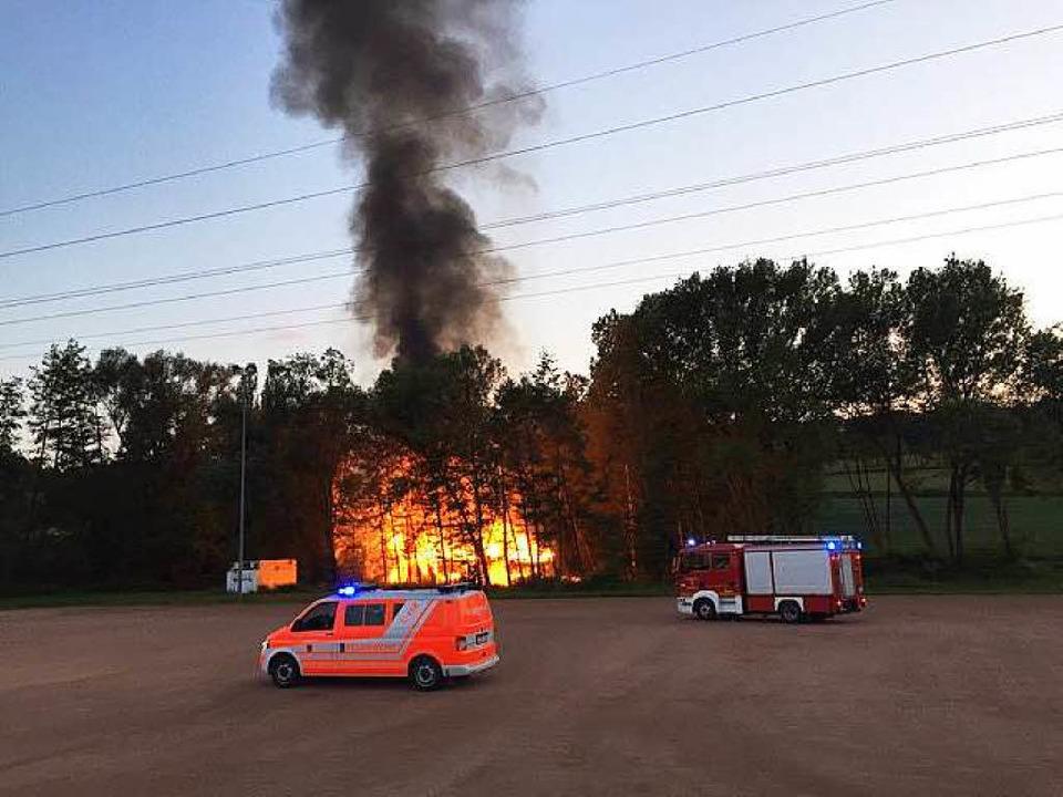 Die hoch aufragende Rauchsäule führte zum Brandort.  | Foto: Tamara Keller