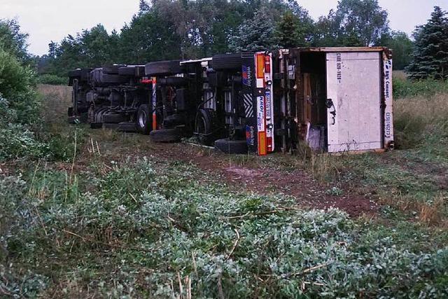 Die Böschung hinab: Laster von A5 gestürzt