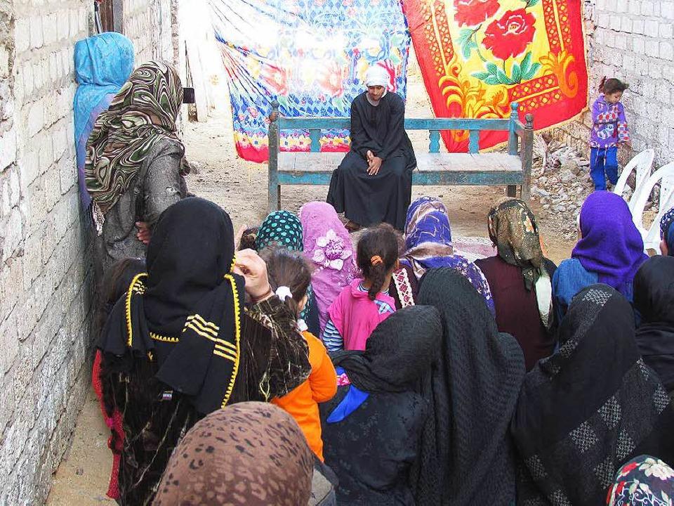 In einem ägyptischen Dorf führt eine F...chen Genitalverstümmelung kritisiert.   | Foto: Karim El-Gawhary