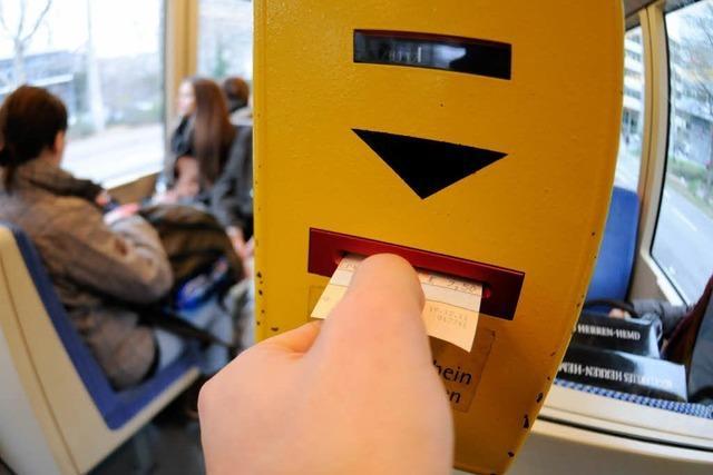 Wütender Schwarzfahrer: Fahrscheinprüfer mit Messer verletzt