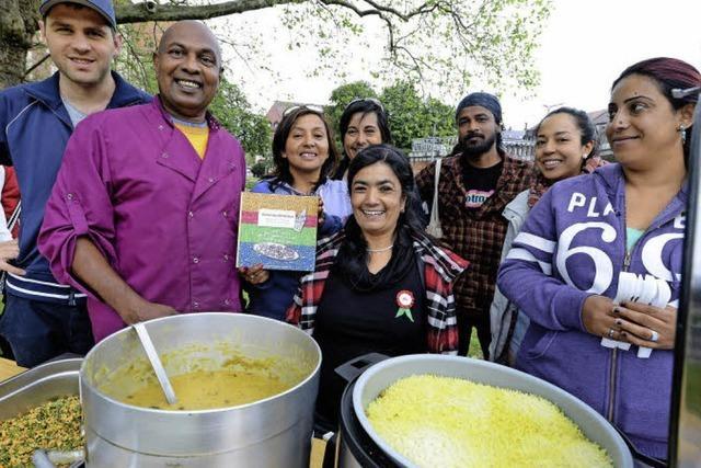 Freiburgerinnen aus aller Welt haben am Stühlinger Markt Dal und Kuchen für Nepal verkauft