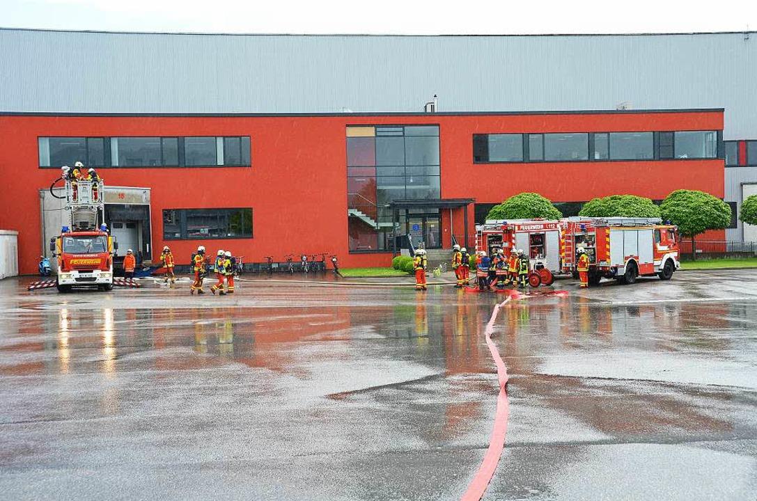 Feuerwehreinsatz beim Logistiker Grieshaber im Gewerbegebiet.     Foto: Dorothee Soboll