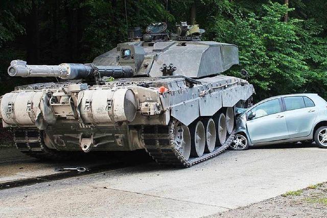 Fahranfängerin übersieht Panzerkolonne – Auto zerquetscht