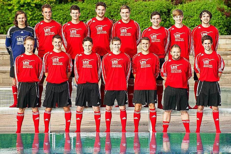 Zu jedem Spass bereit - Christian Kirchsteiger und seine Fußballer vor dem letzten Spiel der Saison. (Foto: Wolfgang Scheu)