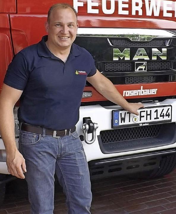 Abteilungskommandant Michael Allgaier vor einem aktuellen Fahrzeug der Wehr  | Foto: wolfgang adam