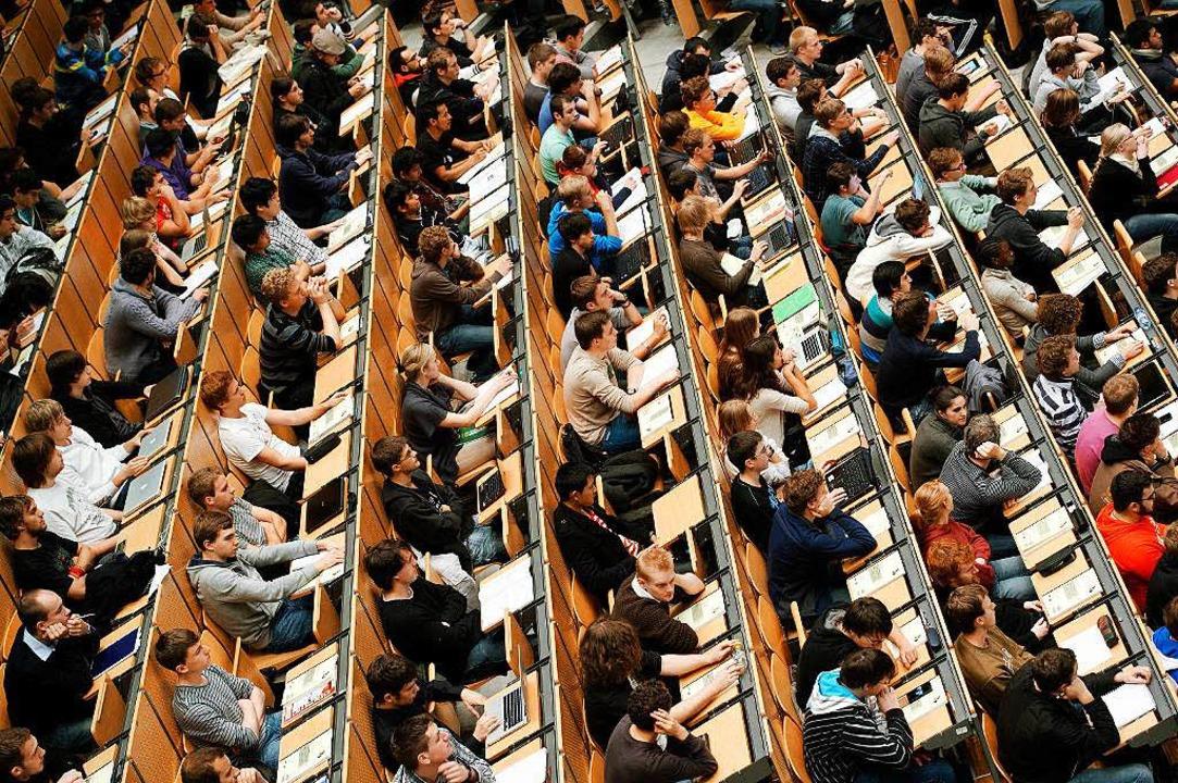 Studenten in einem großen Hörsaal der ... Universität (TUM) in München (Bayern)  | Foto: dpa