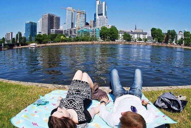 100-Euro-Trip nach Frankfurt: Skyline trifft Äppelwoi