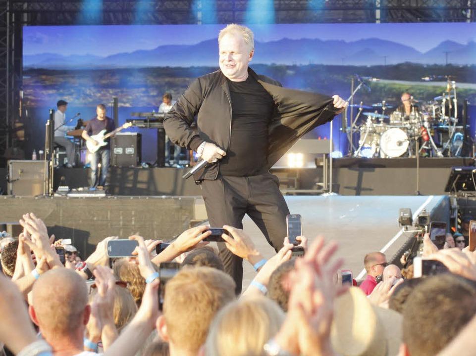 Grönemeyer macht erst Witze über seine...n beschwingt über den Bühnen-Laufsteg.  | Foto: Wolfgang Grabherr